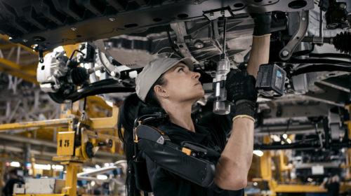 Nissan introduce gli esoscheletri nelle linee di produzione in Spagna