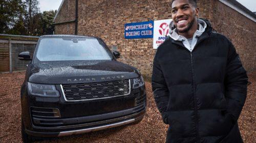 Il campione del mondo dei pesi massimi Anthony Joshua alla guida di una Range Rover Autobiography
