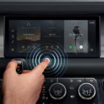 Jaguar Land Rover sviluppa un touchscreen contactless utile a contrastare la trasmissione di batteri e virus