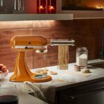 Il nuovo colore Honey veste l'iconico Robot da Cucina Artisan e il Frullatore K400 di KitchenAid
